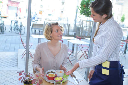 Photo pour Waitress serving food in cafe - image libre de droit