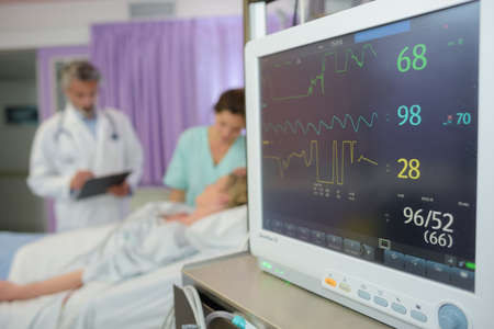 Photo pour screen display of vital sign monitor in hospital - image libre de droit