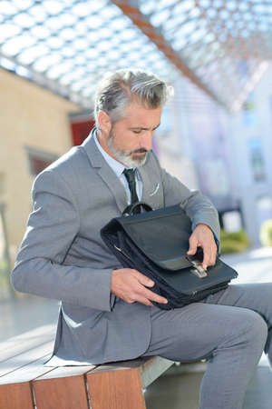 Photo pour a businessman with a suitcase - image libre de droit