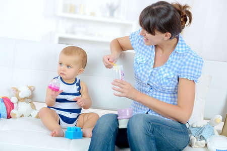 Photo pour mom feeding her baby at home - image libre de droit
