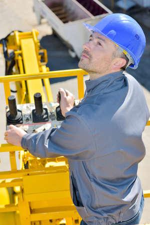 Foto de worker driving a crane - Imagen libre de derechos