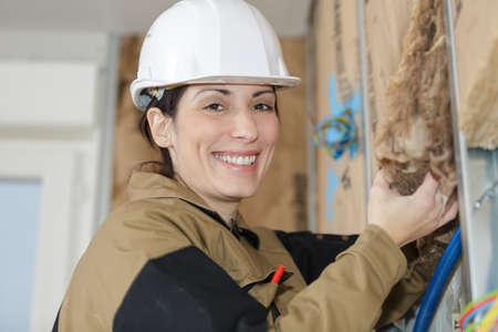 Photo pour female plasterer removing the material - image libre de droit