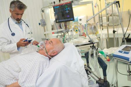 Foto de patient with breathing mask on - Imagen libre de derechos