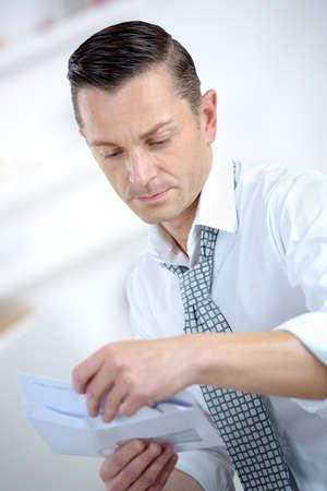 Photo pour businessman opening business report - image libre de droit