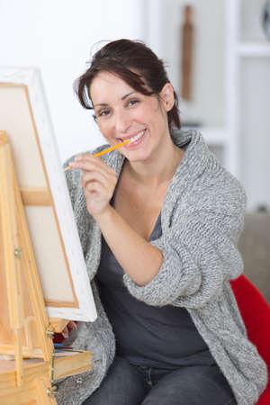 Photo pour A happy female painter - image libre de droit
