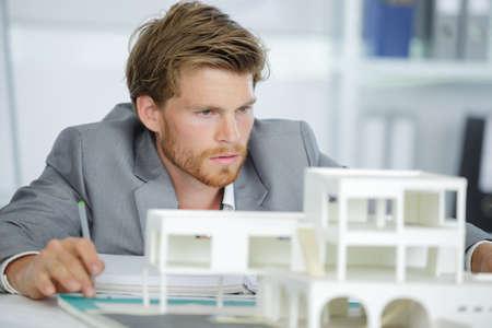 Photo pour male architect with model - image libre de droit