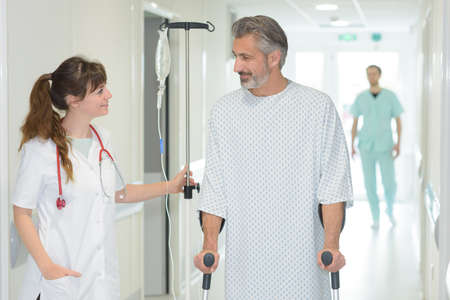 Photo pour nurse assisting a patient - image libre de droit