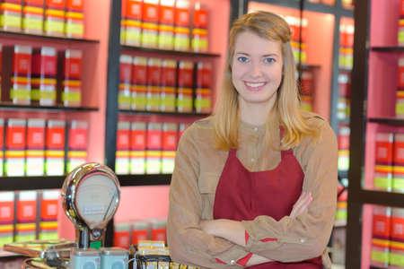 Photo pour Portrait of woman in delicatessen - image libre de droit