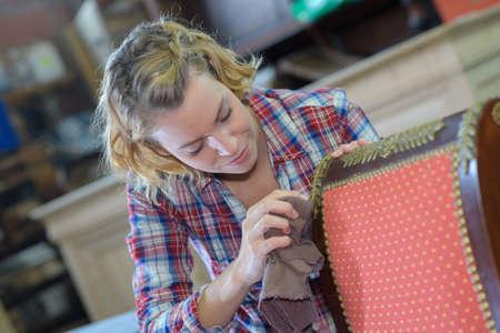 Photo pour womanan working in upholstery workshop - image libre de droit