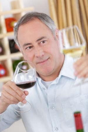 Photo pour sommelier tasting red wine - image libre de droit