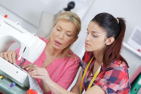 Photo pour women taking textiles class - image libre de droit