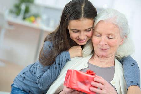 Foto de grandmother and granddaughter on mothers day - Imagen libre de derechos