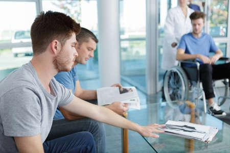 Photo pour men waiting for doctor appointment - image libre de droit