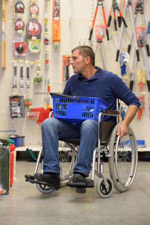 Photo pour disbaled man shopping in hardware store - image libre de droit