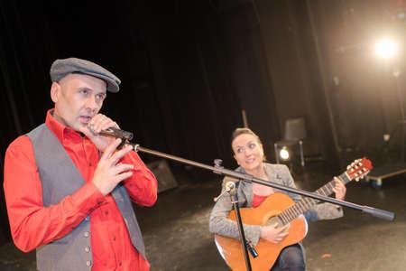 Photo pour playing guitar on stage - image libre de droit