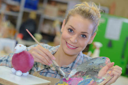 Photo pour painting a sheep figurine - image libre de droit