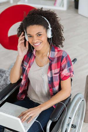 Photo pour handicaped young woman relaxing with her laptop - image libre de droit