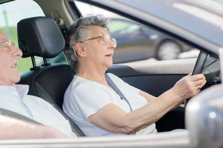 Foto de Retired couple in car, woman driving - Imagen libre de derechos