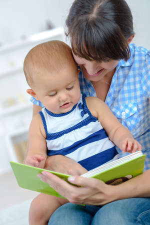 Photo pour mother reading story to her baby - image libre de droit