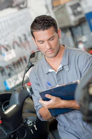 Photo pour mechanic writing a report - image libre de droit