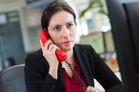 Photo pour female office worker on the phone - image libre de droit