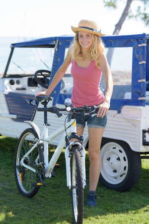 Photo pour woman posing with her bicycle - image libre de droit