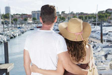 Photo pour couple looking at boats in a port - image libre de droit