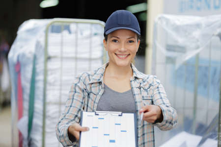 Photo pour female laundry delivery worker - image libre de droit