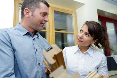 Photo pour sales assistant showing window samples to customer - image libre de droit
