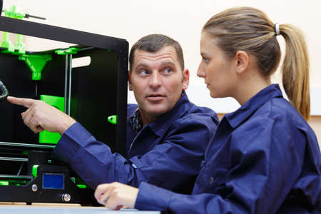 Photo pour female student debugging the work of the 3d printer - image libre de droit