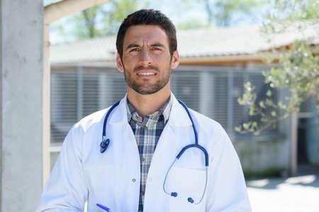 Photo pour male doctor outdoors - image libre de droit