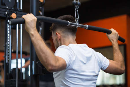 Photo pour man lifting weights in the gym - image libre de droit