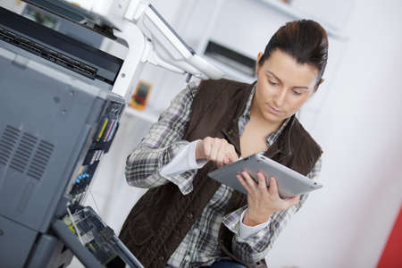 Photo pour woman using printer in the office - image libre de droit