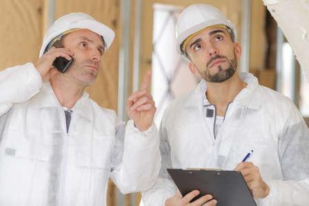 Photo pour two engineers working in a construction site - image libre de droit