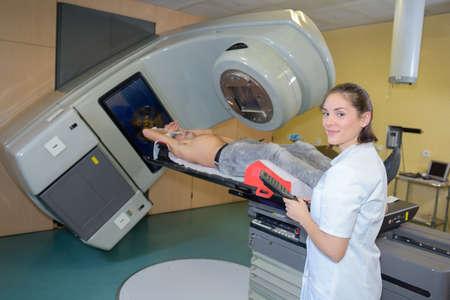 Photo pour confident radiologist preparing patient for xray - image libre de droit