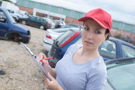 Photo pour woman working at the scrap yard - image libre de droit