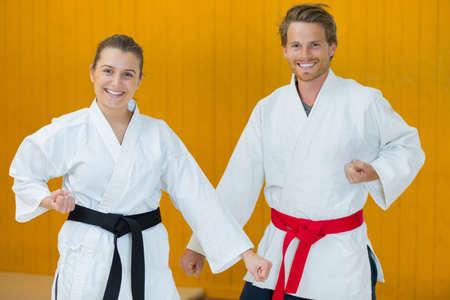 Photo pour men and women fighting in pairs to practice new technique - image libre de droit