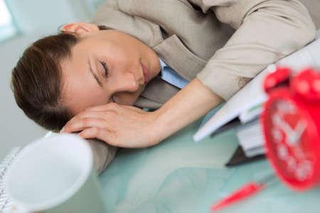 Photo pour employee sleeping in the office - image libre de droit