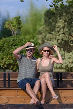 Photo pour couple of traveling sitting on bench - image libre de droit