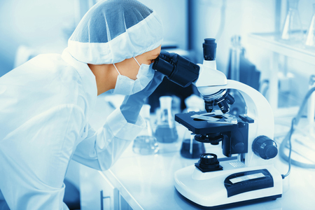 Photo pour Young woman medical researcher looking through microscop slide in the life science (forensics, microbiology, biochemistry, genetics, oncology) laboratory. Medicine concept. - image libre de droit