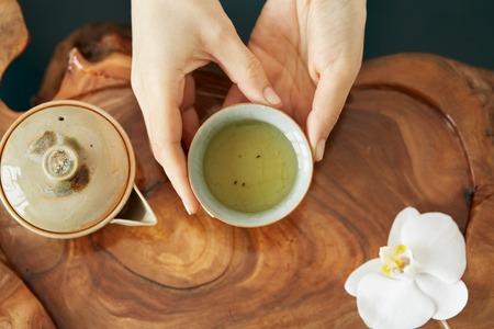 Photo pour A cup of tea and tea pot on table wood - image libre de droit