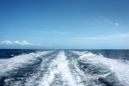 Photo pour Trail on water surface behind of fast moving motor boat - image libre de droit