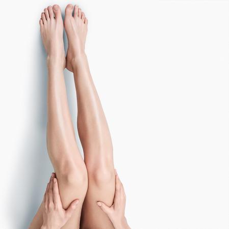 Photo pour Beautiful long slim female legs isolated on white background - image libre de droit