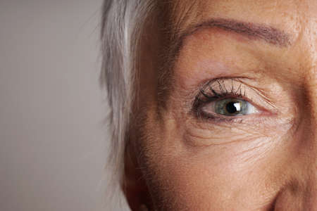 Photo pour close-up detail of mature woman with green eyes - image libre de droit