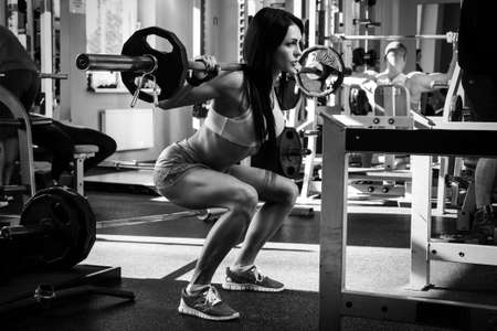 Foto de Beautiful brunette during workout in gym - Imagen libre de derechos