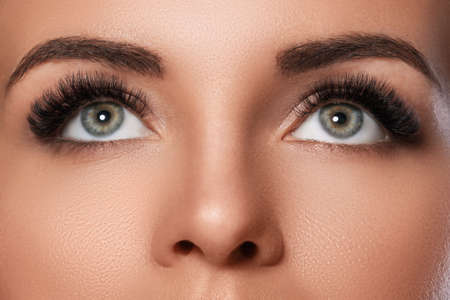 Photo pour Female face with beautiful eyebrows and artificial eyelashes for maximum volume - image libre de droit