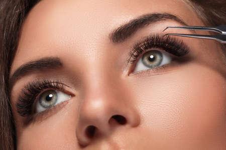 Photo pour Beautiful woman with eyelash extension for maximum volume - image libre de droit