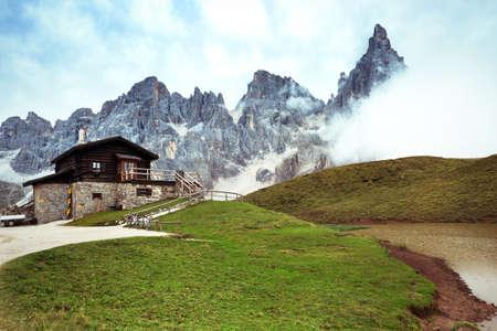 Photo pour rifugio high at the Dolomites mountains. Italy. - image libre de droit