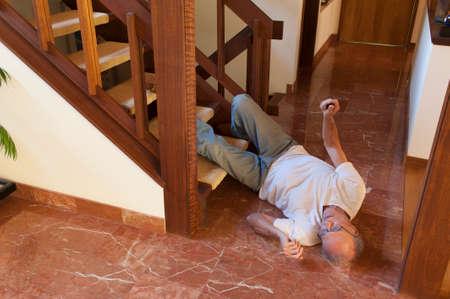 Foto de Senior man fell down the stairs - Imagen libre de derechos