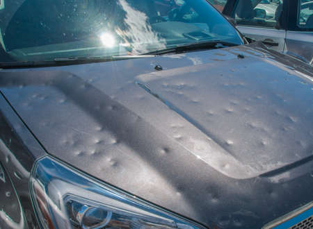 Foto de Hail damage to a car during a big storm - Imagen libre de derechos